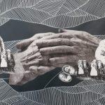 Złożone dłonie na tle rodzinnych fotografii, autorka: Teresa Rogoń